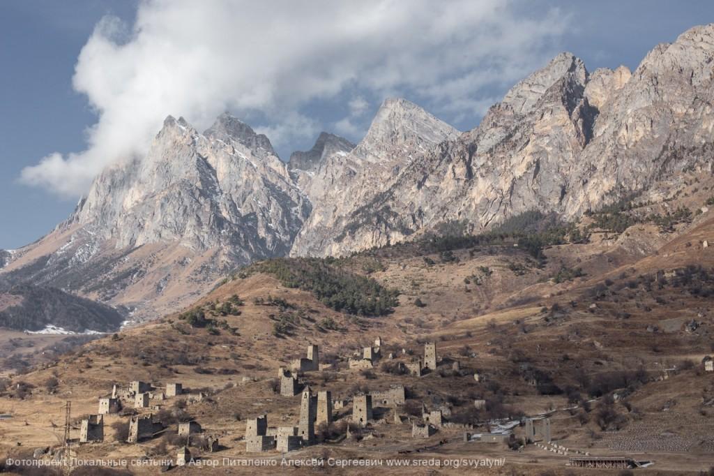 В окружении гор