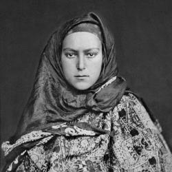 Аварская девушка в нижнем и верхнем платках, широкой накидке. Селение Хиндарх близ селения Гуниб (Дагестан). Аварцы. 1883 г.