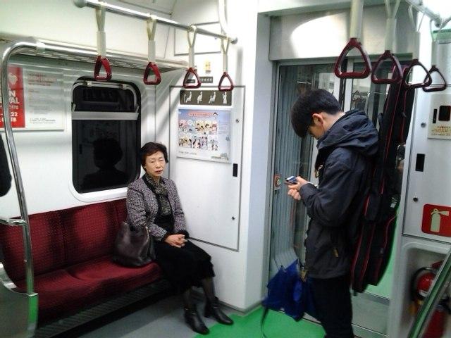 Корейское метро - места для пожилых людей