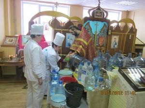 5. фото к стр. 4. Освящение воды в больнич.храме св. Луки