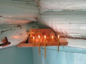 Пламя свечей во время молитвы должны освещать лик Христа на кресте-распятии