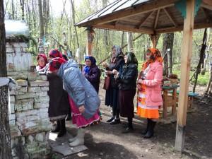 верующие ставят  свечи  10-05-2013. д.Исменцы Звениговского р-на РМЭ