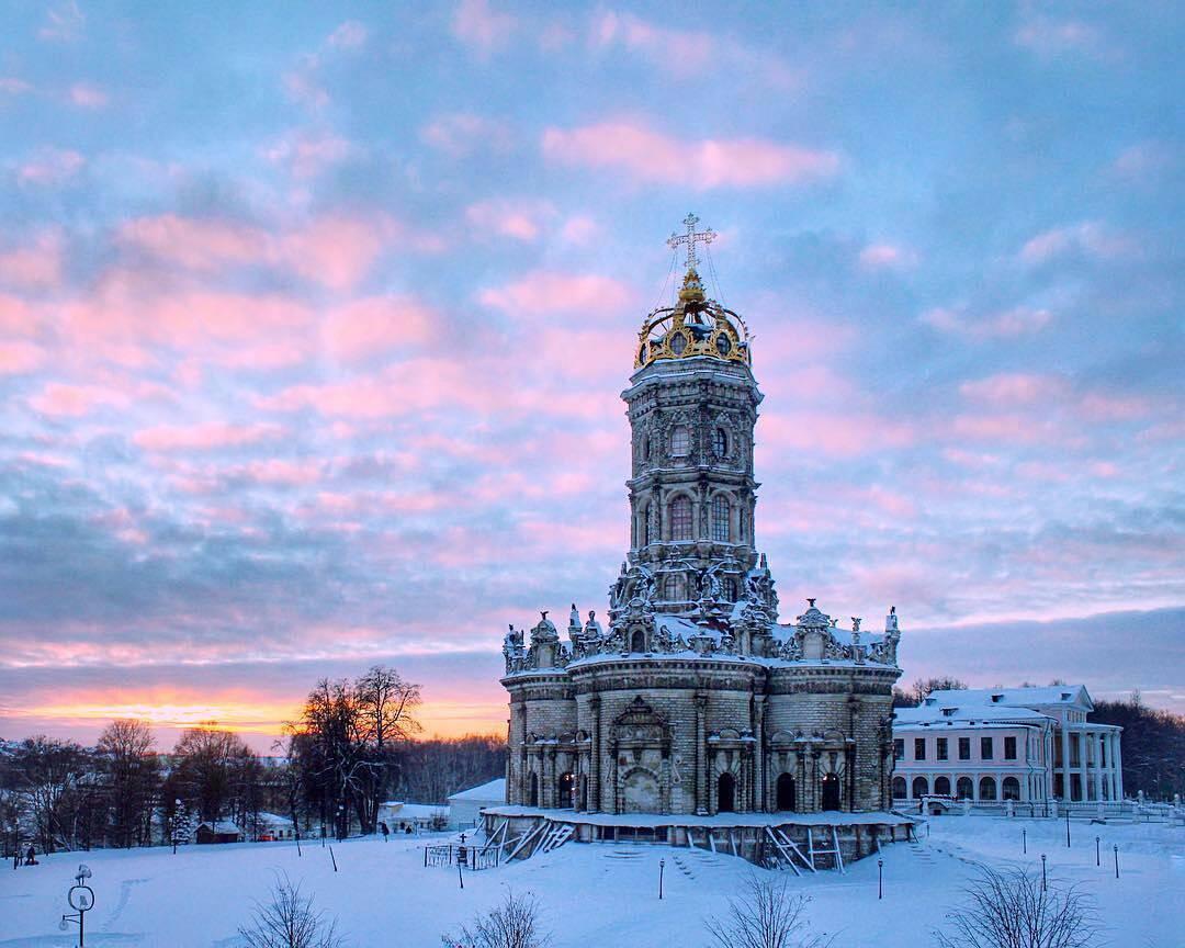 Автор фотографии: @idejkina - Зимний закат в Дубровицах. Храм Знамения Пресвятой Богородицы. #храмы_зр #закат